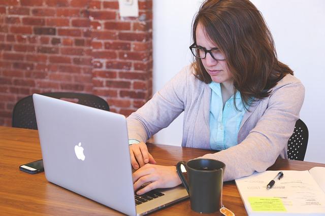 パソコンを操作している女性のお画像