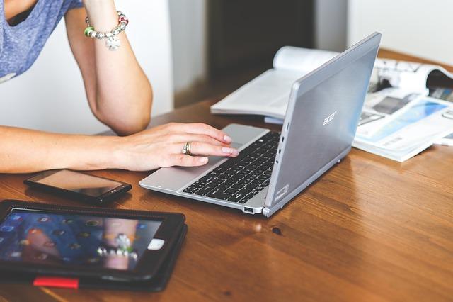 ノートパソコンを触る手元の写真