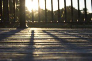 夕日に照らされたウッドデッキ