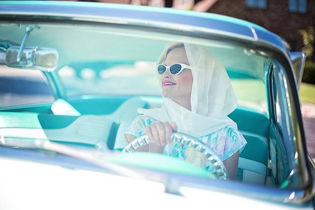 運転する女性画像