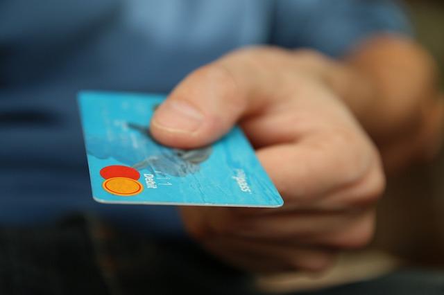 クレジットカードを持つ手画像