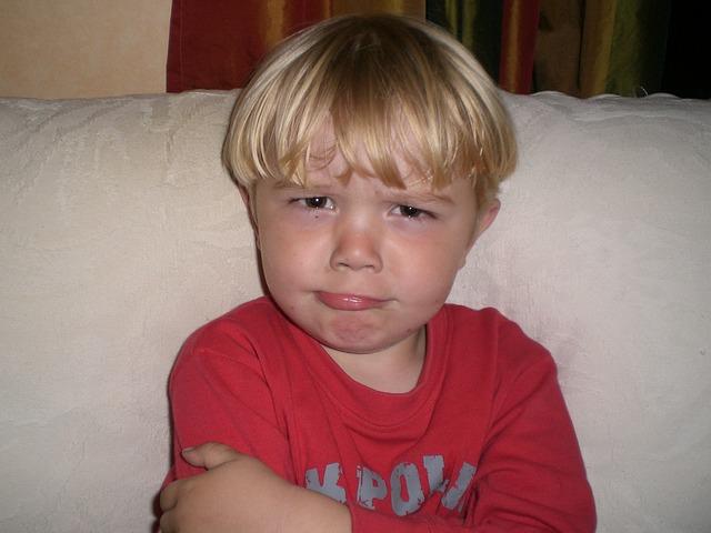 顔をしかめる子供の画像