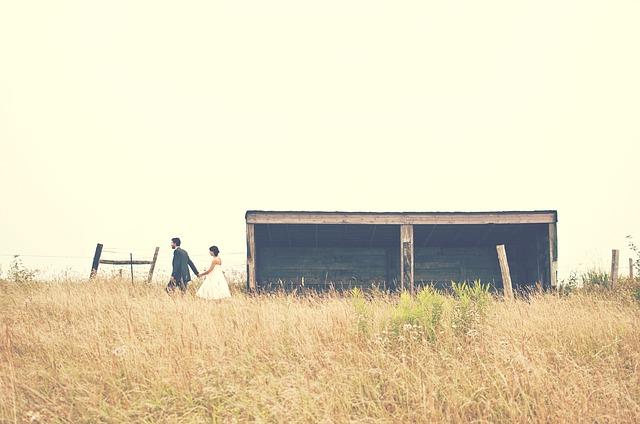 恋人が歩いている画像