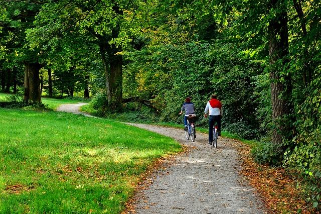 サイクリング中の二人画像
