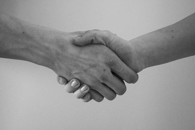 握手している手の画像