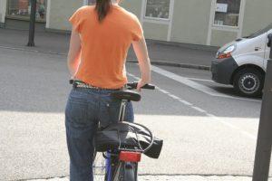 自転車を押す女性の後姿画像