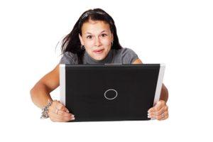 パソコン画面を見て喜ぶ女性画像