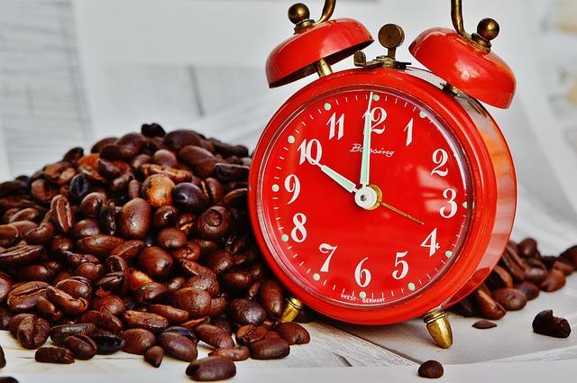 時計とコーヒー豆の画像