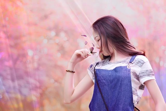 青い服を着た女性の画像