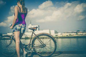 自転車と女性画像