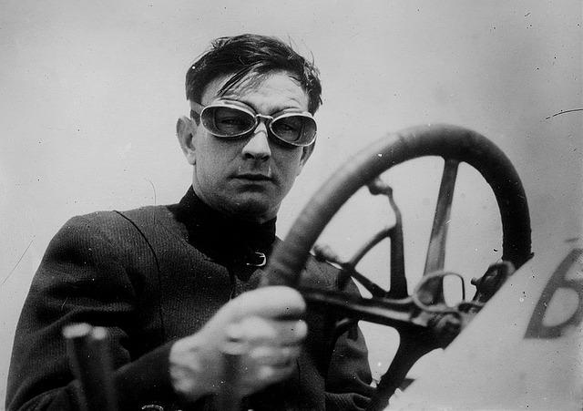車のハンドルを握る男性の画像
