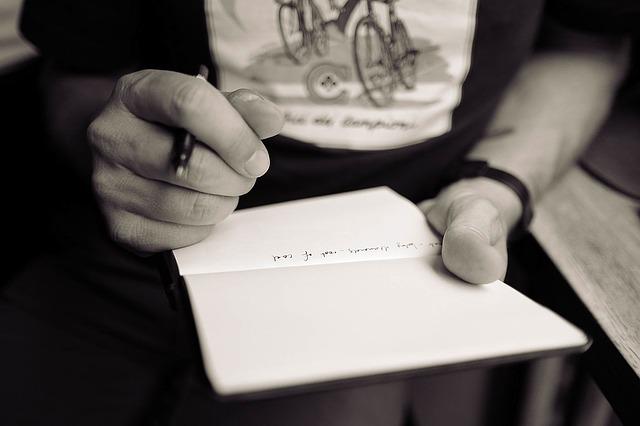 メモを書く手の画像