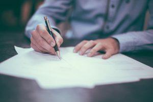 申請書類を書いている画像
