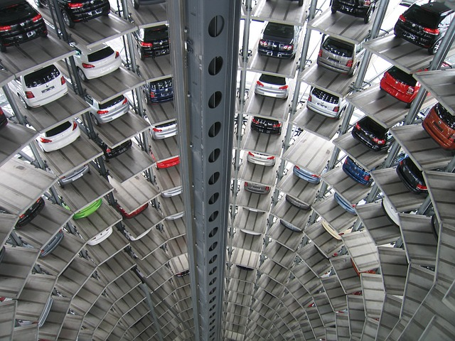 駐車場に並ぶたくさんの車