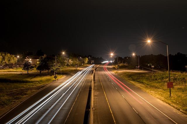 夜間の車のヘッドライト
